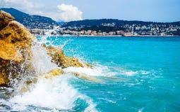 Mittelmeerwelle, die auf Ufer zusammenstößt lizenzfreie stockbilder