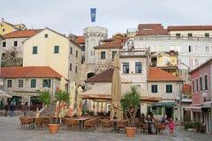 Mittelquadrat alter Stadt Herceg-Novi Stockfotos