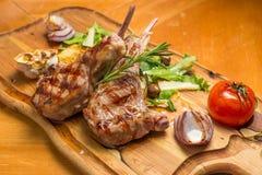 Mittelrippe vom Rind-Mahlzeit auf hölzernem Schreibtisch Lizenzfreies Stockfoto