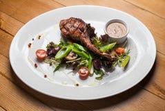 Mittelrippe vom Rind-Steakfleisch mit gegrilltem Gemüse Stockbild
