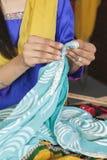 Mittelteil der Damenschneiderin arbeitend an einem Sari stockfotografie