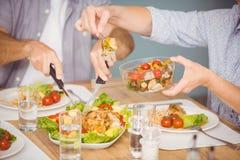 Mittelteil der Familie, die Mahlzeit hat Lizenzfreies Stockbild