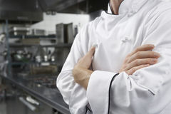 Mittelteil des Chefs With Arms Crossed Lizenzfreies Stockbild