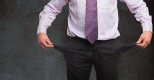 Mittelteil des Geschäftsmannes leere Taschen gegen Tafel halten Stockbild