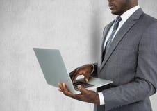 Mittelteil des Geschäftsmannes unter Verwendung des Laptops Stockbilder