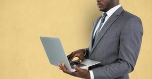 Mittelteil des Geschäftsmannes unter Verwendung des Laptops Lizenzfreies Stockbild