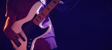 Mittelteil des Gitarristen durchführend im Verein Stockfotos