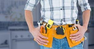 Mittelteil des handlichen Mannes mit Werkzeuggurt Stockfotos