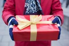 Mittelteil des Mannes Geschenkboxwinter halten Stockbild