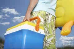Mittelteil des Mannes mit aufblasbarem Toy And Coolbox Lizenzfreies Stockfoto