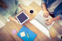 Mittelteil des Mannes und der Frau, die digitale Tablette halten Stockfotografie