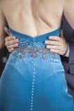 Mittelteil von Tänzer Touching Womans Taille bei der Ausführung von Tan stockbild