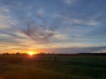 Mittelwesten-Sonnenuntergang nahe bei einer Weide lizenzfreie stockfotos