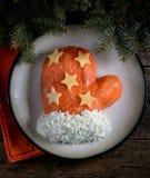 ` Mitten Санта Клауса ` салата от посоленных семг, кипеть картошек, сыра, яичек и мяса краба Стоковые Изображения