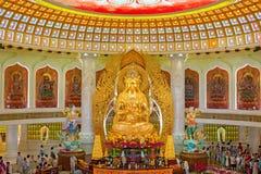 Mitten av buddism i Sanya Tempel med Lotus på taket, den guld- Buddha och många statyer och gudinnor arkivfoto