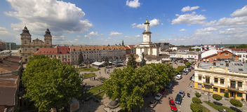 Mitten av den Ivano-Frankivsk staden, Ukraina, i våren 2016 _ Arkivfoton