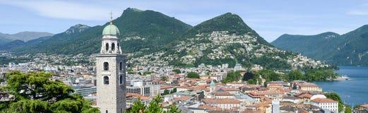 Mitten av Lugano och sjön på Schweiz Royaltyfri Fotografi