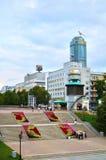 Mitten av Yekaterinburg med historiska och moderna byggnader, Ryssland Royaltyfria Bilder