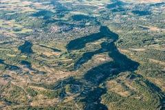 Mitten- in der Luftansicht von grünen Hügeln und von bebautem Land nahe Forcalquier lizenzfreie stockbilder