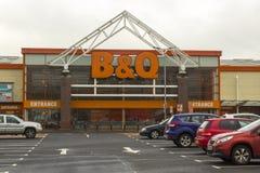 Mitten för lokalen som B&Q DIY är öppen för affär på en tråkig vårdag på den Newry detaljhandeln, parkerar i länet ner fotografering för bildbyråer