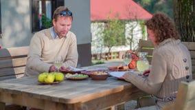 Mitten in Mahlzeit zieht die Frau den Mann mit einem Käse ein stock video