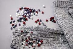 mittens отбортовывают зиму конца-вверх предпосылки цвета needlework серую Стоковое фото RF