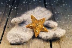 Mittens с украшением Cristmas на деревянной предпосылке Стоковые Фотографии RF