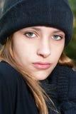 Mittens, шарф и шляпа зимы девочка-подростка нося Стоковые Изображения RF