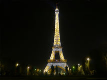 Mitternacht in Paris - der Eiffelturm glüht in die Dunkelheit Stockbilder