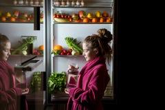 Mitternachtssnack, untersuchend Kühlschrank lizenzfreies stockfoto