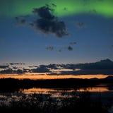Mitternachtssommernordlichter aurora borealis Lizenzfreie Stockfotos