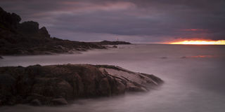 Mitternachtssonne in Norweger-Atlantik-Fjorden - Lofoten Lizenzfreies Stockfoto