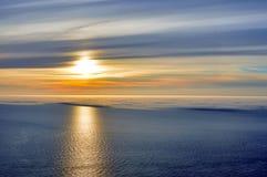 Mitternachtssonnensonnenuntergang über der Ozeanhälfte umfasst im Seenebel Stockfoto