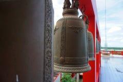 Mittfokus av klockan i Wat Tham Khao Noi arkivbilder