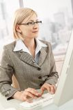 Mittler-Erwachsener Geschäftsfrau bei der Arbeit lizenzfreie stockfotografie