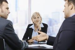 Geschäftsfrau, die bei der Sitzung sich konzentriert Lizenzfreies Stockfoto