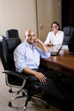 Mittler-Erwachsener hispanische Büroangestellte im Sitzungssaal stockfoto