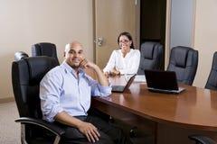 Mittler-Erwachsener hispanische Büroangestellte im Sitzungssaal lizenzfreie stockbilder