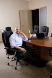 Mittler-Erwachsener hispanischer Büroangestellter im Sitzungssaal lizenzfreie stockfotos