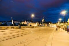 Mittlere桥梁在巴塞尔在晚上 库存图片