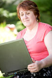 Mittlere Altersfrau mit Laptop stockfotografie