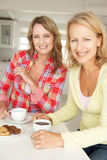 Mittlere Altersfrauen, die über Kaffee plaudern stockfotografie