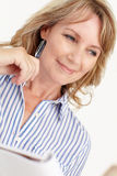 Mittlere Altersgeschäftsfrau bei der Arbeit Lizenzfreies Stockfoto