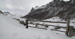 Mittlere Ansicht eines Eingangs eines Bauernhofes in den Bergen bedeckt durch Schnee stock footage