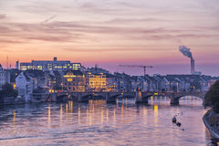 Mittlere bro över Rhen- och stadshorisont på solnedgången, Basel Fotografering för Bildbyråer