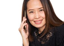 Mittlere erwachsene Asiatin, die intelligentes Telefon verwendet Lächeln und Schauen Stockbilder