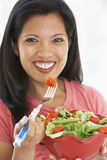 Mittlere erwachsene Frau, die eine Schüssel Salat anhält Stockfoto