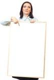 Mittlere erwachsene Frau, die unbelegtes Schild anhält stockfoto