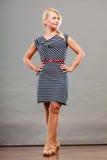 Mittlere erwachsene Frau in Sommer gestreiftem Kleid Lizenzfreies Stockbild