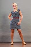 Mittlere erwachsene Frau in Sommer gestreiftem Kleid Stockfotos